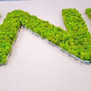 Letter bekleed met mos