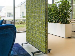 mobiele moskorf met zwenkwielen in kantoor