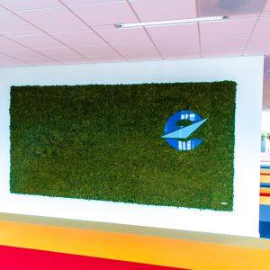Moswand met gekleurd plexiglas logo Eurocontrol